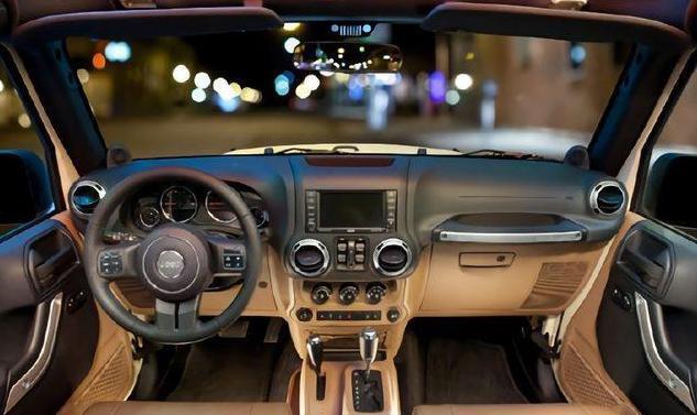 非承载车身配3.6L V6发动机,标配四驱,这货越野从来不靠情怀