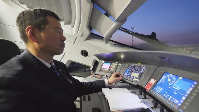 实拍国内唯一拥有7本机车驾照的火车司机工作过程,帅呆了!