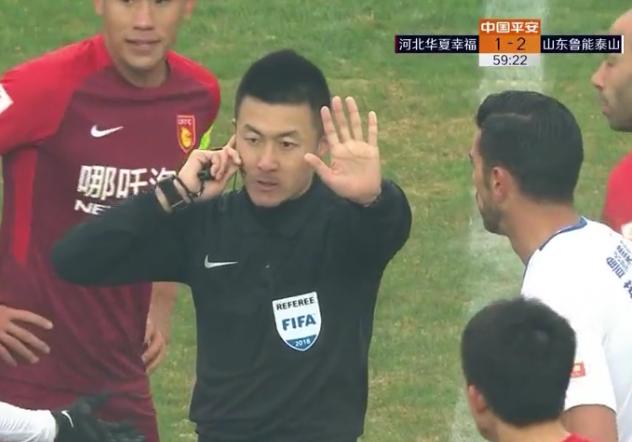 VAR再起争议!手球阻挡射门非点球 主裁遭华夏球迷嘘声