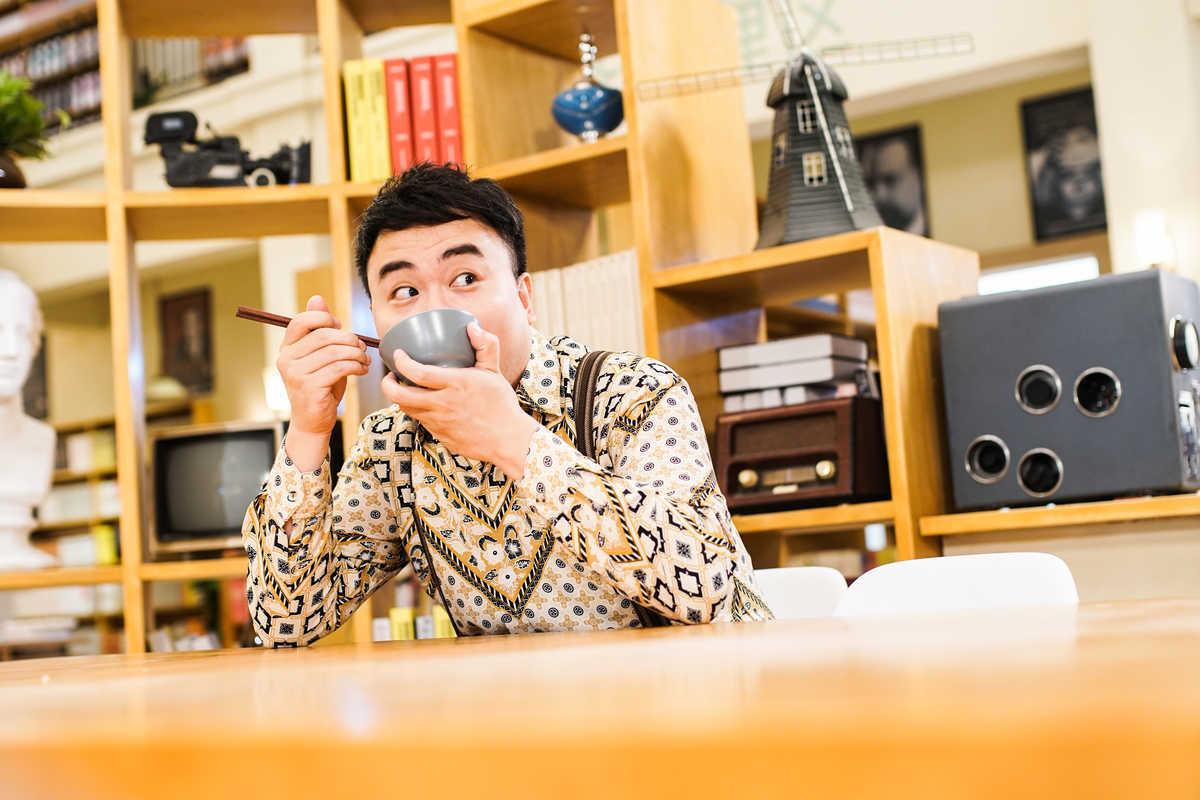 图书馆老板范春天,更是凭借着蠢萌可爱的个性和霸气十足的花样吃播图片