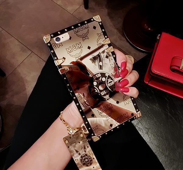 时尚的小兔子图案的手机壳款式,搭配了创意新潮的棕色,搭配创意的线条