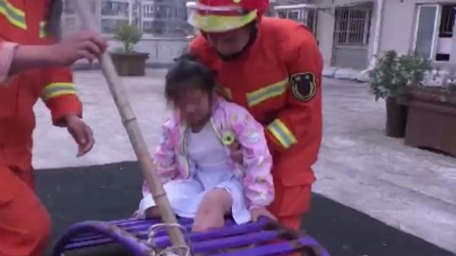 女童腿卡健身器材 池州消防蜀黍暖心捂眼救援