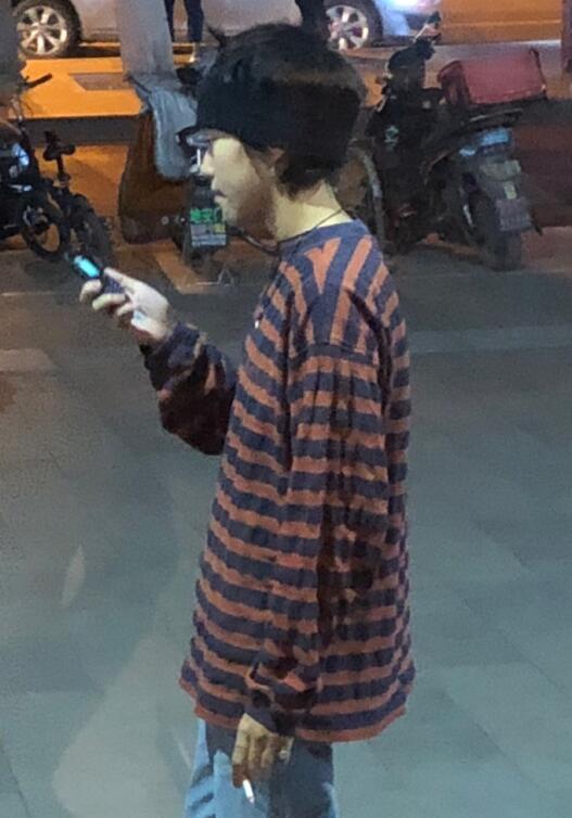 如此节俭?21岁窦靖童被曝用百元老年手机 (图)