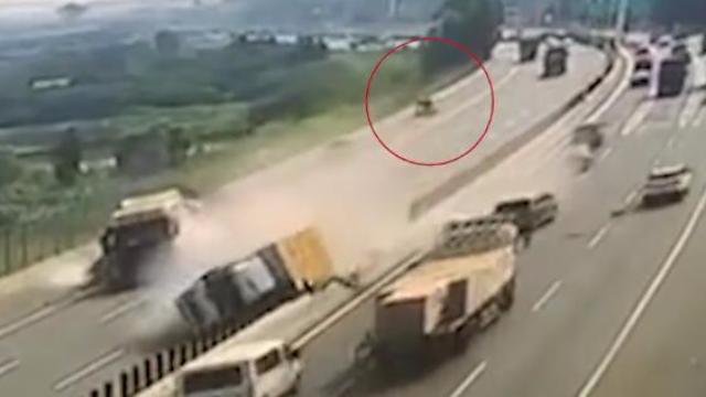 东莞三辆轿车高速掉头逆行,撞车后司机逃逸