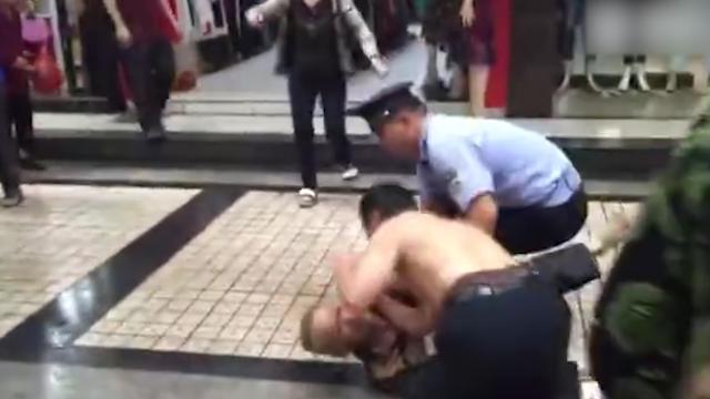 实拍城管执法纠纷 直接脱掉上衣将65岁老人按在地上暴揍