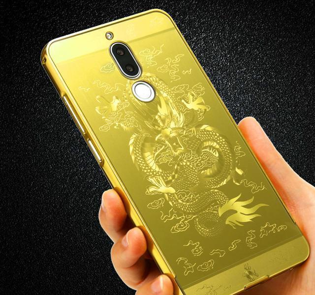 这款华为手机壳采用金属边框材质材质,更加容易贴合不易变形,背后的祥