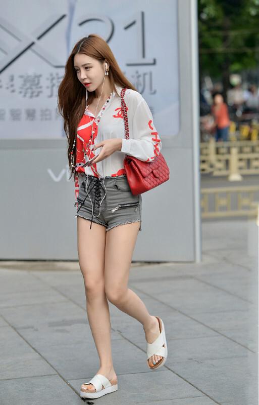 时尚街拍:半透明衬衫,热裤,大长腿,远去的背影让人