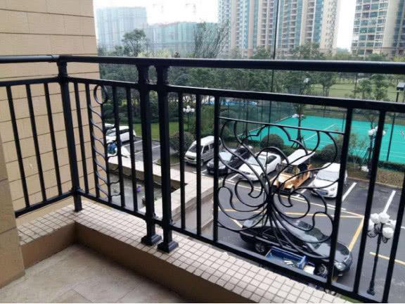 这几种阳台栏杆万万要拆掉重装,现在才知隐患真不小