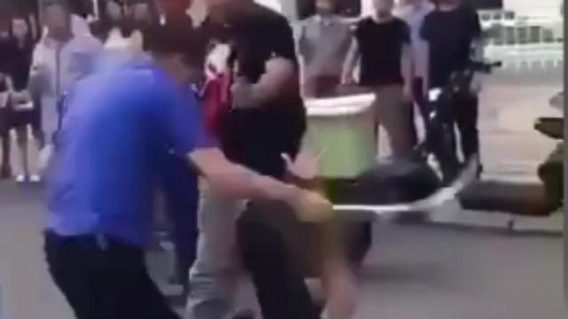 太原:城管持鞭暴力抽打 摊贩倒地连连求饶