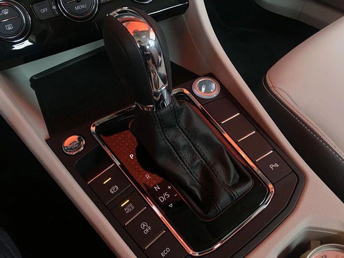 这个级别罕见的自动大灯也出现在了全新宝来上,电子手刹和自动驻车