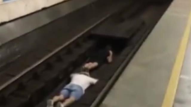 作死!2男子故意趴铁轨中间,让列车从身上驶过