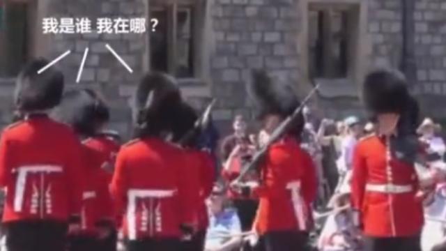 """长官一句""""向右转"""",英国皇家卫兵全乱套了"""