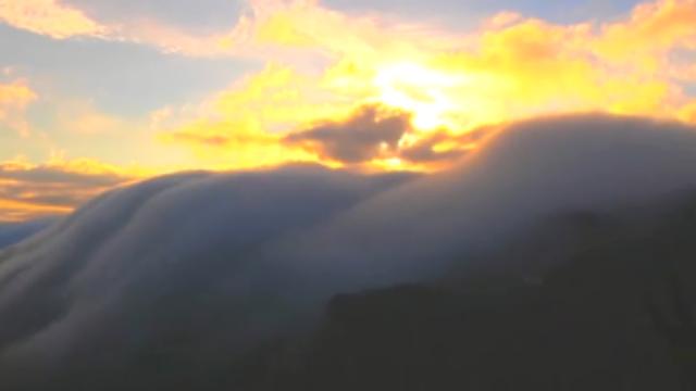 美!庐山现火烧瀑布云奇观:沿着山岭奔流下泻