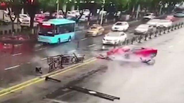 浙江:女司机租法拉利上街显摆,一个漂移100万没了