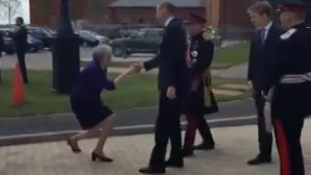 """英国首相见威廉王子行""""屈膝大礼"""" 网友:好尴尬"""