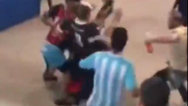 动手了!0-3溃败后,阿根廷球迷赛场内群殴克罗地亚球迷