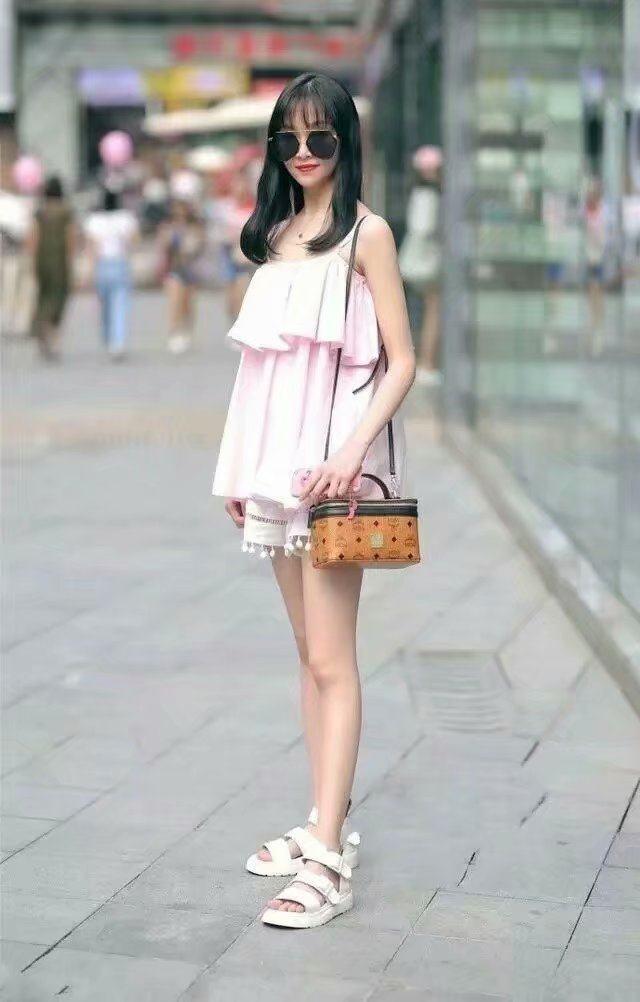 少妇很很鲁_街拍:图2妹子肤白貌美穿着非常清新,图5美少妇身材完美很迷人