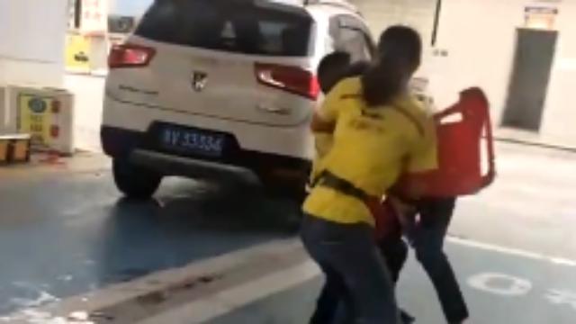 男子加油站闹事被传唤仍不思悔改 戴手铐录视频造谣
