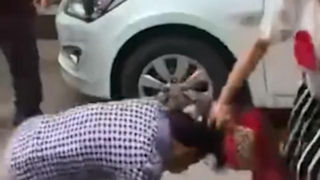 女子讨钱未果当街揪母亲头发抽打 遭众人群殴