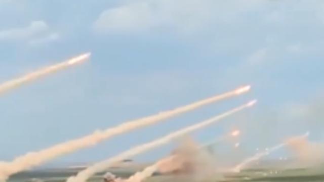 东风10A巡航导弹齐射画面罕见曝光:7层高楼被瞬间摧毁