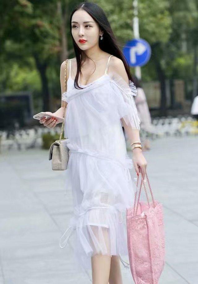 白屄女人_街拍:图1美女天生丽质,穿着白裙更是仙气逼人
