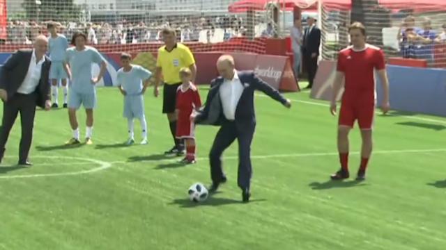 俄罗斯总统普京造访世界杯主题公园 飞脚射门大秀球技