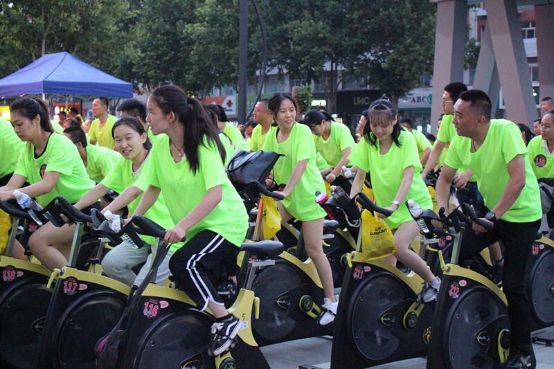 百人共骑动感单车 激情体验践行全民健身理念