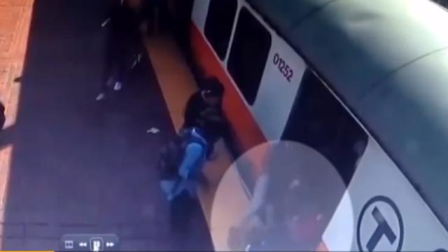 美国女子腿被卡站台 哭求路人:别叫救护车 付不起钱