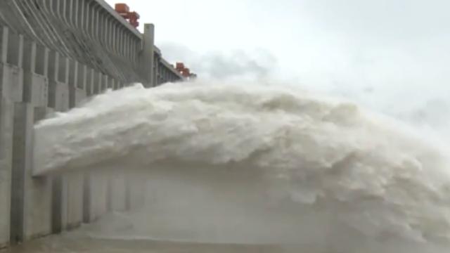 直击三峡大坝今年首次泄洪 开闸瞬间气势磅礴