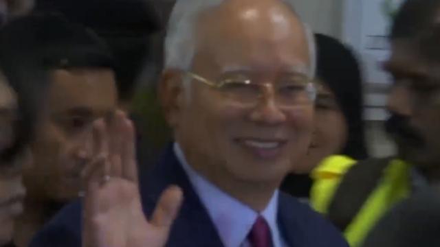 现场视频:马来西亚前总理被捕后首现身 淡定挥手微笑