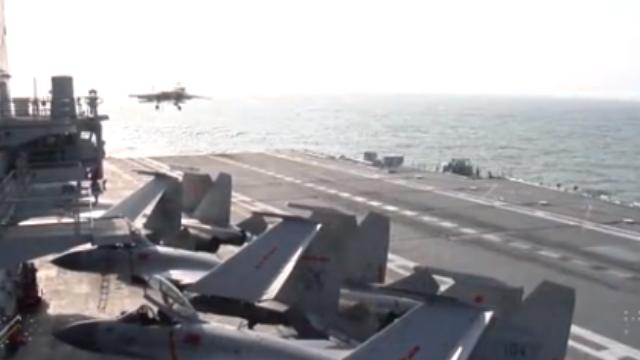 现场直击:中国首艘国产航母再次离开船坞
