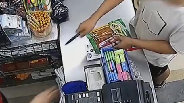 超市大妈遇持刀抢劫淡定呵斥:不得了了!你试试看!