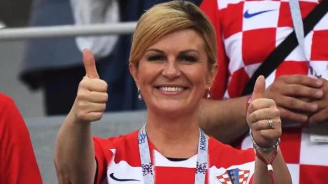 亲民!克罗地亚美女总统与球迷合影.