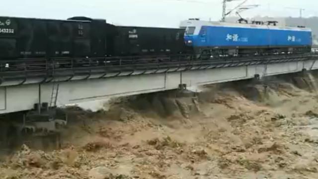 """宝成铁路涪江大桥水位飙升 """"老K车""""上阵压梁"""