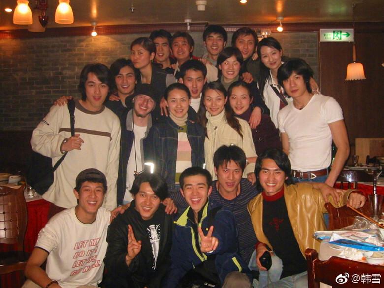 韩雪晒十几年前同学照,里面两位帅哥现在都是大明星