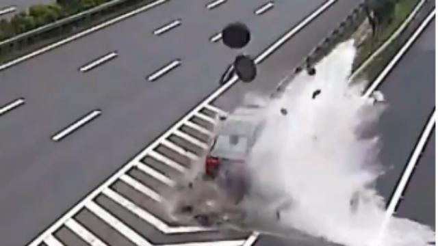 司机高速上打瞌睡撞上防撞桶 腾空飞起5人受轻伤