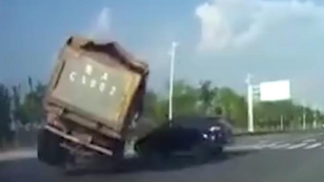 司机开至路中央突然左转遭货车碾压 其父坐副驾驶幸存