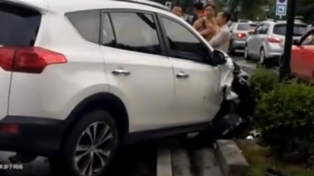 女子开车撞歪灯杆不下车,劝交警:亲爱的先疏散群众