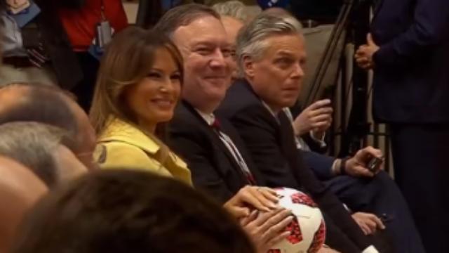 """普京送给特朗普一个球,他立马""""传球""""给梅拉尼娅"""
