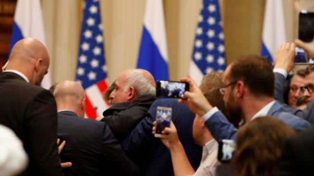 美记者被强行拖出美俄记者会,他做了啥?
