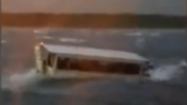 """美国密苏里州载约31人""""鸭子游船""""倾覆 现场视频曝光"""