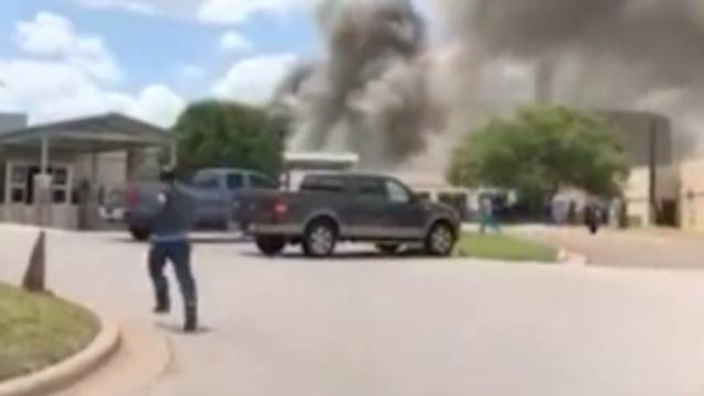 惨烈!美国军火库爆炸瞬间3人被炸飞 现场浓烟滚滚