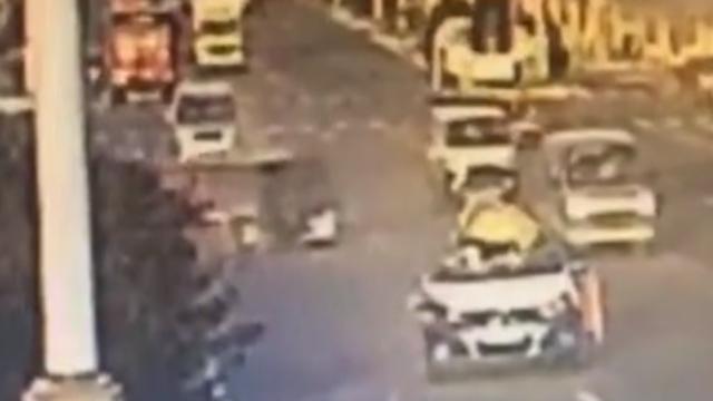 """甘肃:出租车顶突然被掀翻,司机大喊""""趴下""""救2命"""