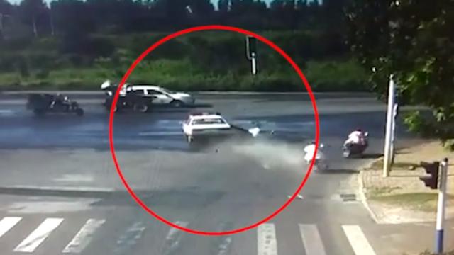 安徽:公安局司机开警车撞3车,致1死2伤