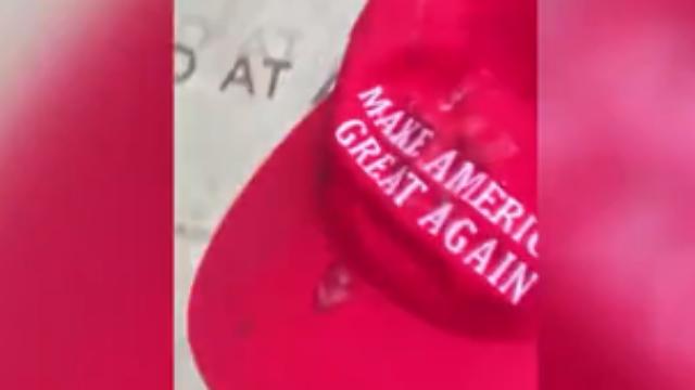 """少年戴""""让美国再次伟大""""帽子支持特朗普 结果尴尬了"""