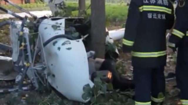 江苏宿迁:喷撒农药的直升机坠毁 飞行员当场身亡