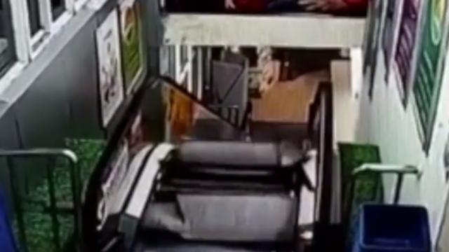 安徽:父子上楼一瞬间,超市电梯突然塌了