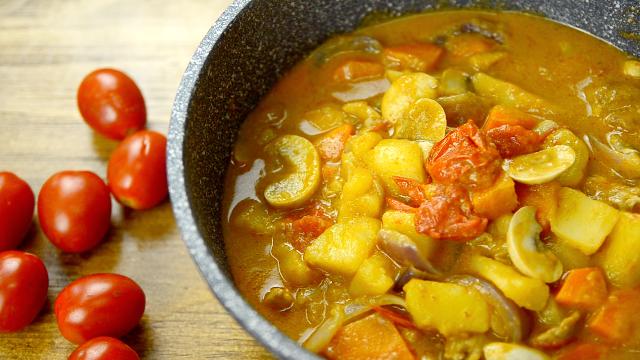香辣浓厚的东南亚菜《红咖喱鸡块炖杂蔬》