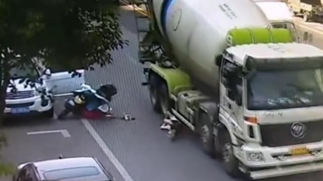 """浙江:路人被几十吨大车""""爆头""""后幸运生还"""