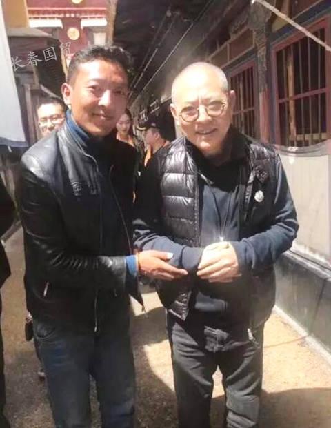 55岁李连杰光头现身五台山  面色红润低调随和